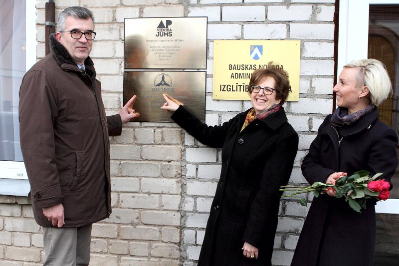 Start Strong karjeras centra atklāšana Bauskā (no kreisās: Bauskas mērs Raitis Ābelnieks, ASV vēstniece Latvijā Nensija Baikofa Petita, programmas direktore Solvita Jirgensone).